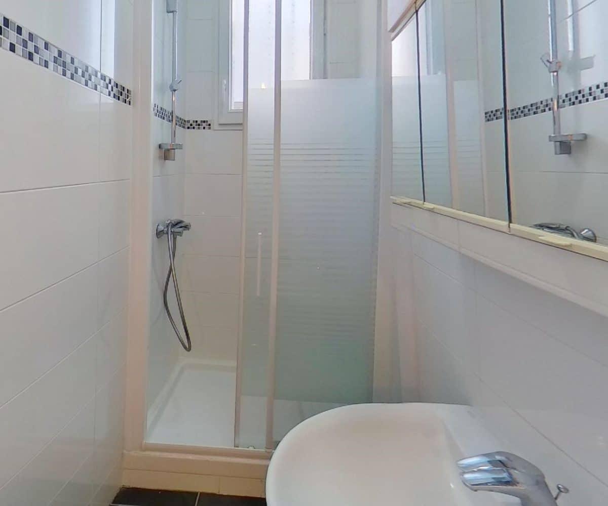 immobilier louer: studio 24 m², salle d'eau avec douche porte vitrée
