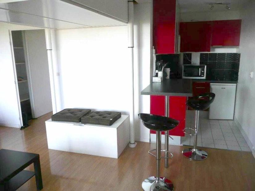 location studio maisons-alfort: 31 m², cuisine aménagée avec rangements et espace repas