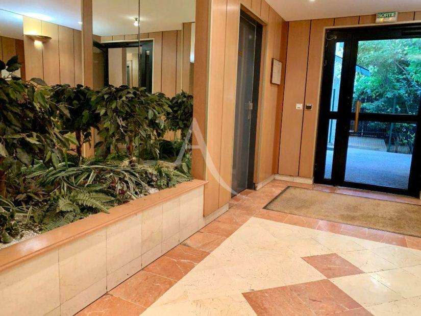 immobilier à vendre: appartement 3 pièces 57 m², hall de la résidence standing