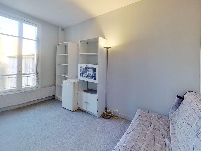 agence immobiliere 94: studio meublé 16 m², salle principale avec canapé et étagère