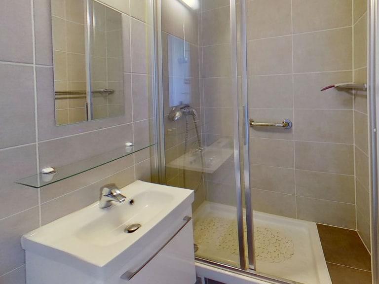 agence de location appartement: studio 16 m² refait à neuf, salle d'eau avec douche et wc