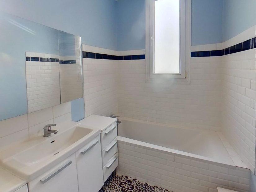 agence immo 94: meublé 2 pièces , salle de bain avec baignoire, rangements, wc séparé