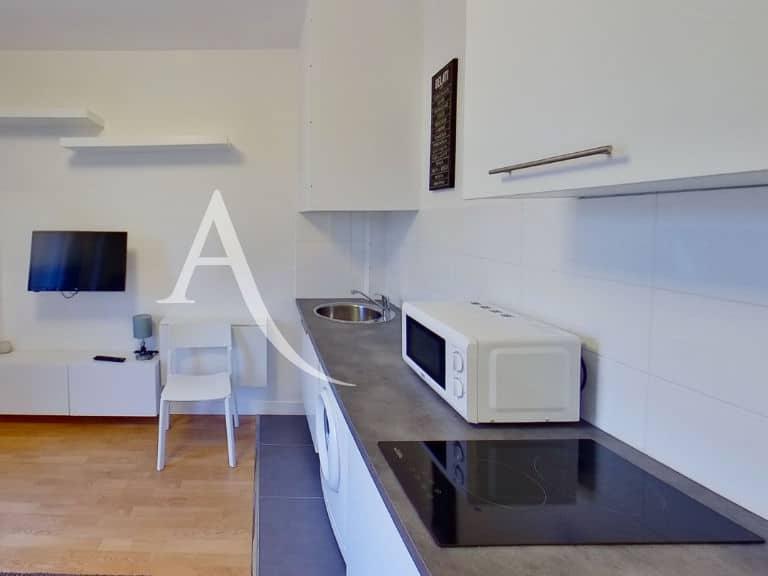 agence location immobiliere: studio 14 m², pièce principale avec placard et étagères
