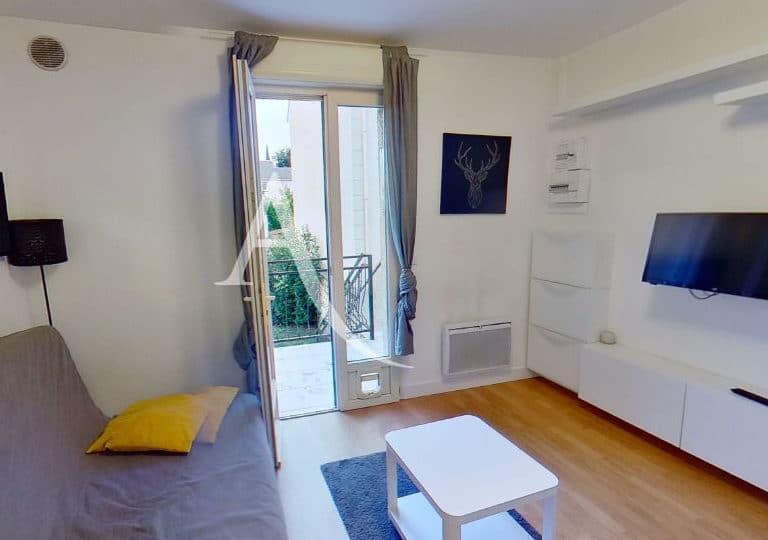 immo maisons alfort: studio 14 m², pièce principale avec canapé, placard, étagères