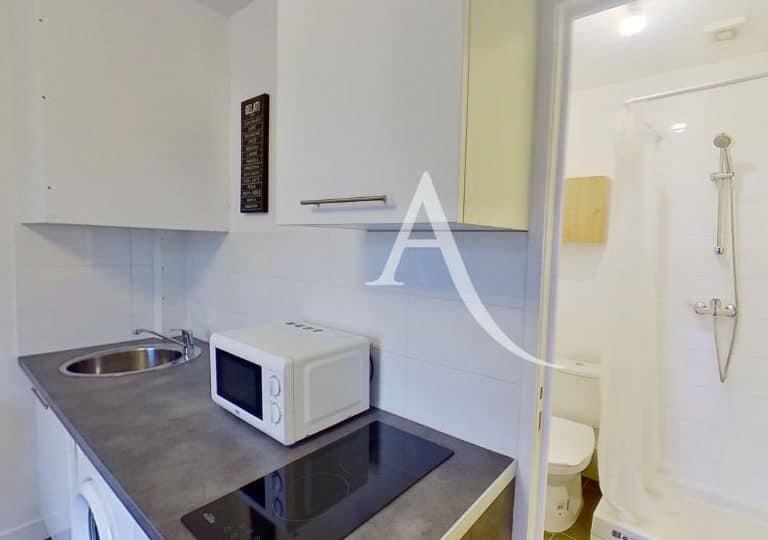 agence immobilière maisons-alfort: studio, cuisine aménagée avec plaques, micro-onde et placards