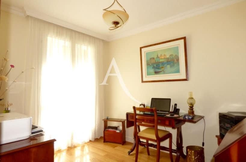 agence immobilière ouverte le samedi: 4 pièces 90 m², coin bureau dans le salon