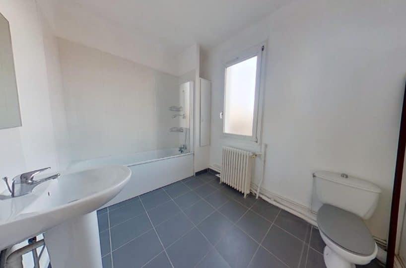 immo 94: maison 4 pièces 90 m², salle de bains avec wc au premier étage