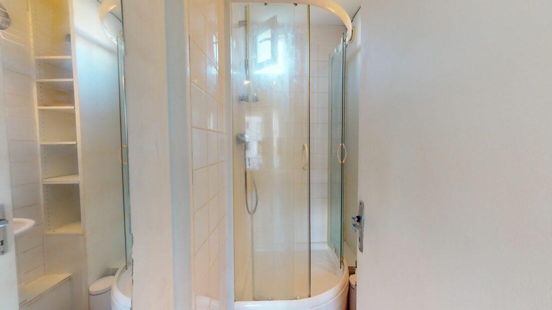 appartement a louer alfortville: 17 m², salle d'eau avec cabine douche