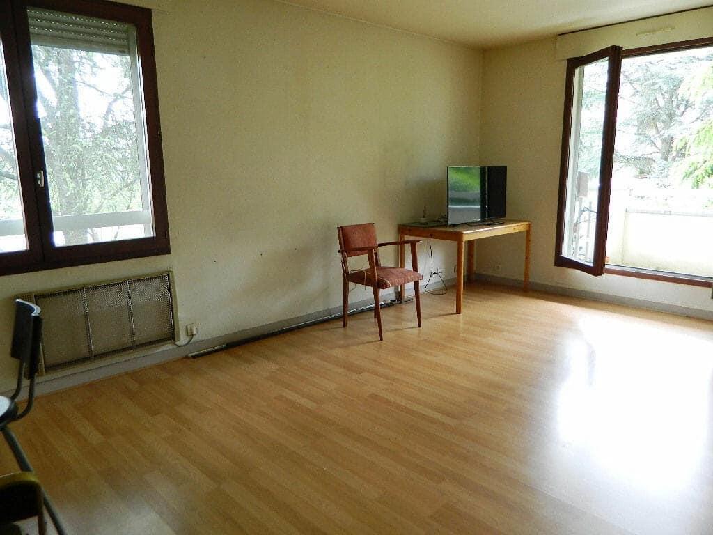 agence immobilière maisons-alfort: 2 pièces 51 m², séjour avec une fenêtre, une terrasse vue sur parc
