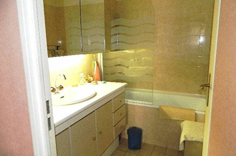 maison alfort appartement: 2 pièces 48 m² à vendre, salle de bain entièrement carrelée avec baignoire, wc séparé