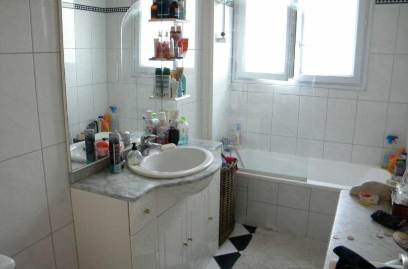 agence de la mairie charenton: studio meublé 30 m², salle de bain avec baignoire, wc