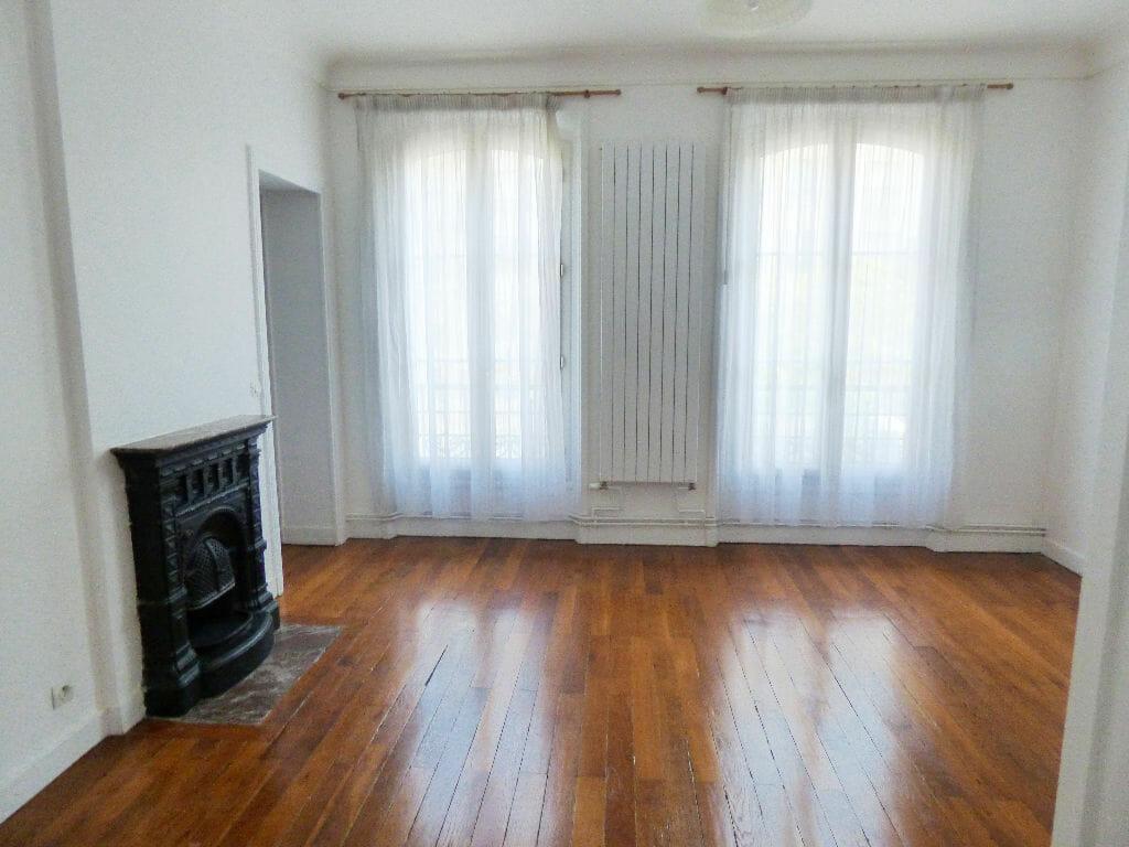 appartement maison alfort: 2 pièces 48 m², séjour lumineux avec deux grandes fenêtres, parquet au sol, immeuble sécurisé avec gardien