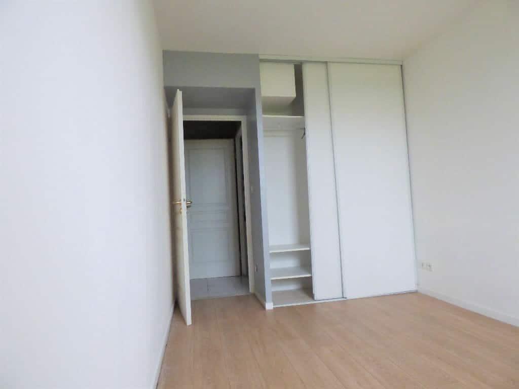 location appartement 94: 2 pièces 44 m², chambre lumineuse avec placards
