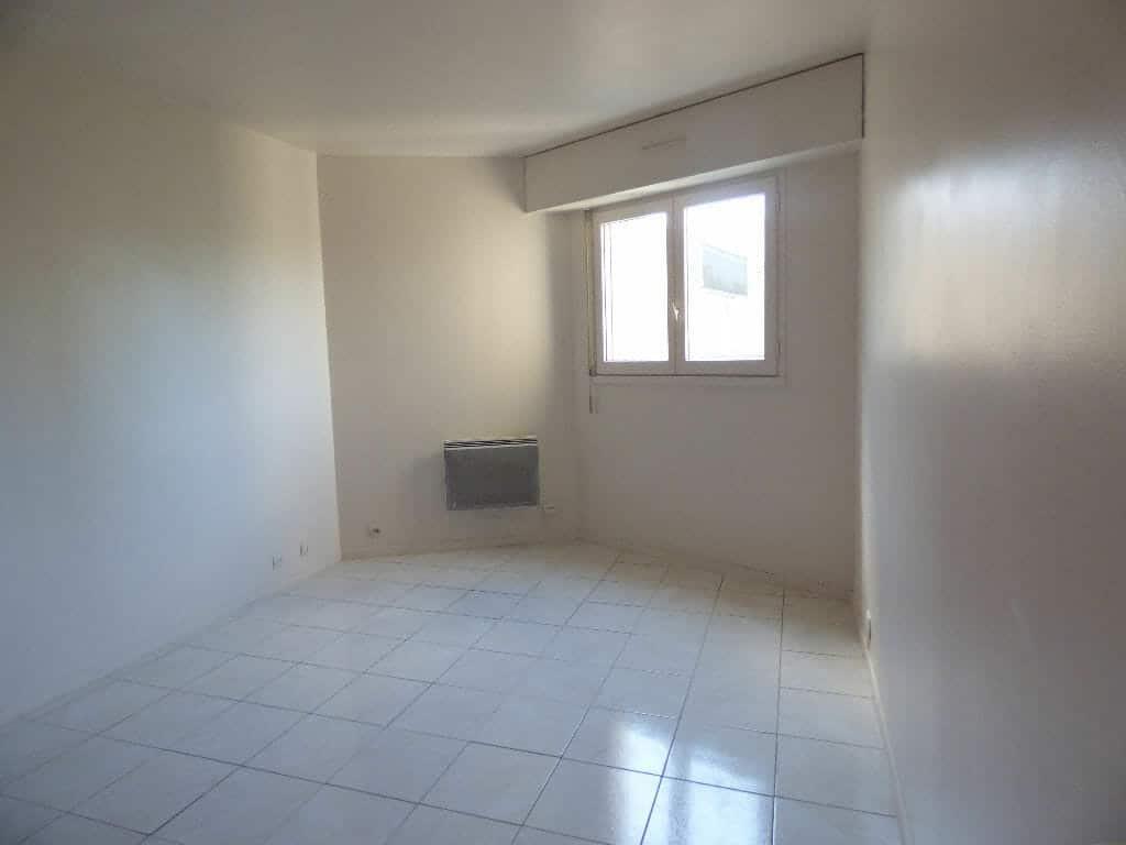 vente studio maison alfort, 18 m² au 4° étage, pièce à vivre avec carrelage au sol, fenêtre avec volet roulant