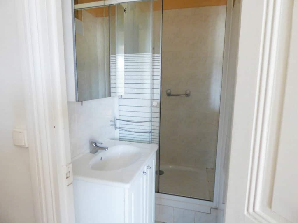 location maisons alfort: appartement 3 pièces 51 m², salle de bain carrelée avec douche et rangements