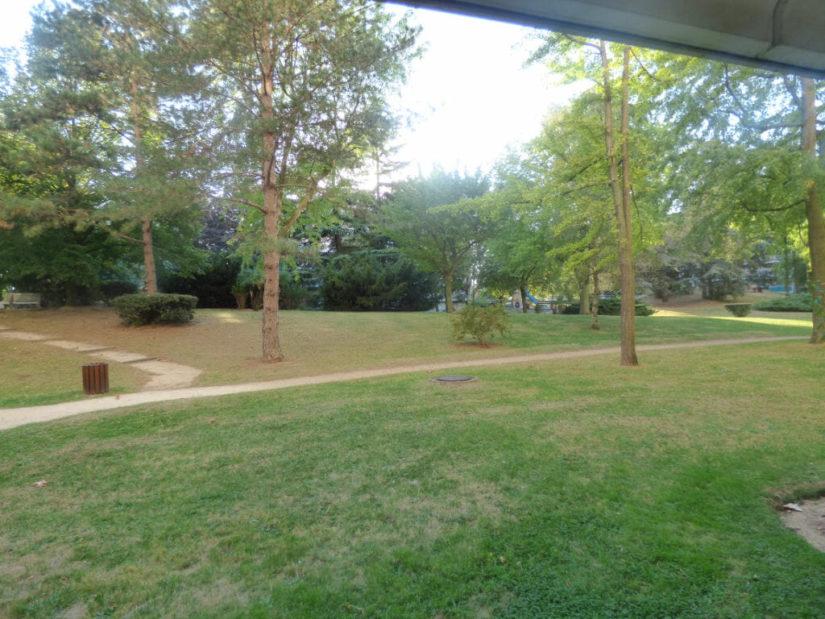 appartement maison alfort: studio 40m² à louer, vue du balcon sur le parc de la résidence