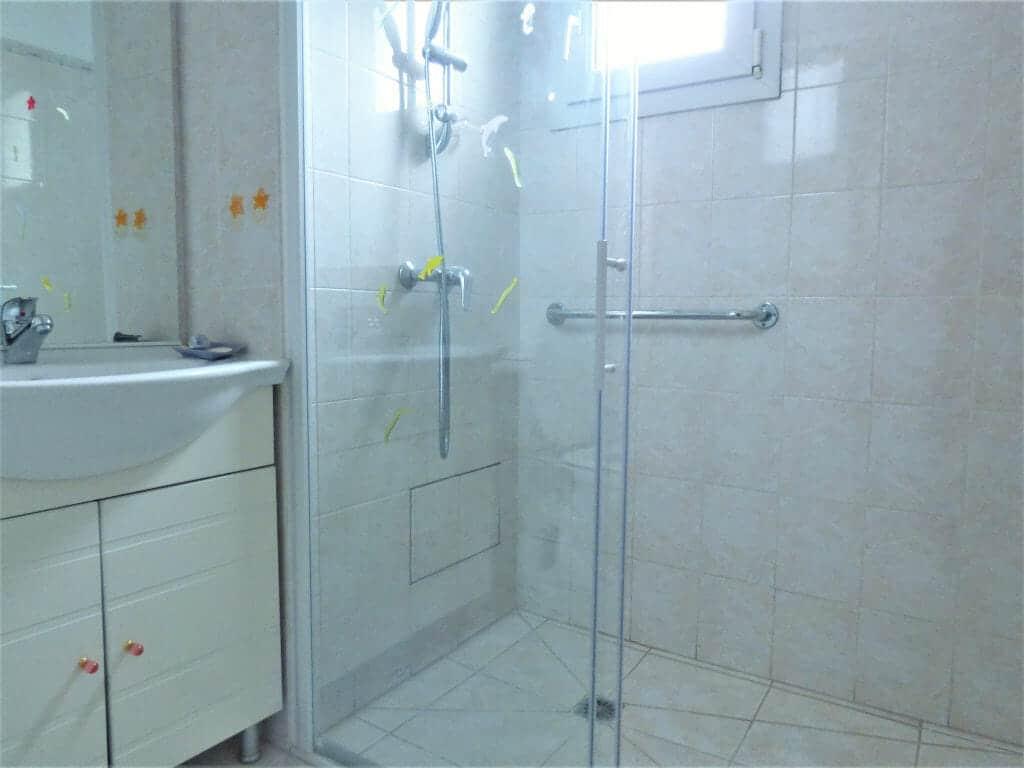 location maison dans le 94: appartement 3 pièces 66 m², salle d'eau avec cabine douche