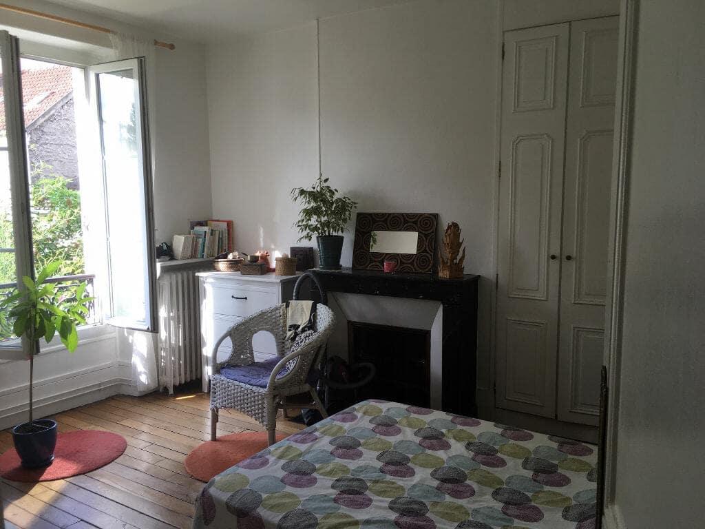 agence immo maisons-alfort: 3 pièces 53m², 1° chambre, vue sur les jardins de l'immeuble, cheminée