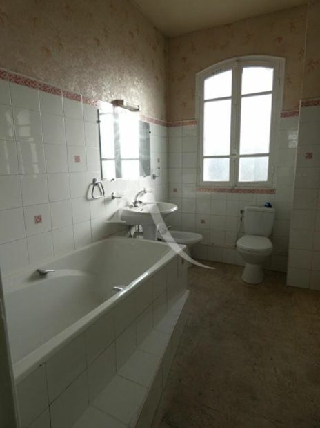 estimation immobilière maison: 4 pièces 76 m², salle de bain avec baignoire et wc