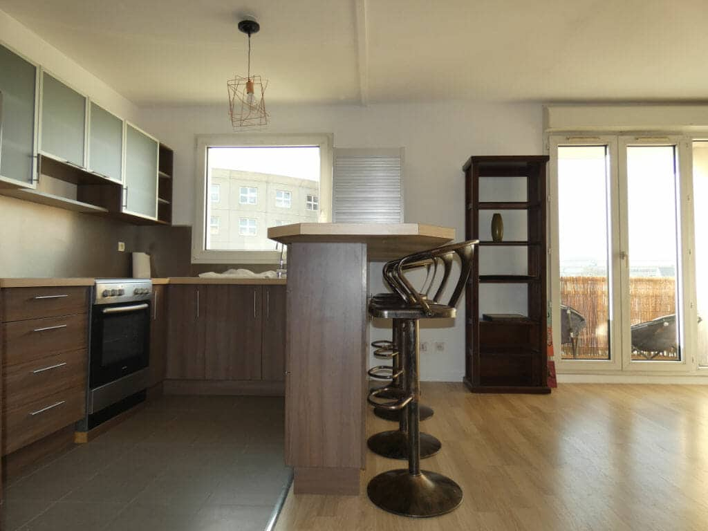 agence immo alfortville: location 2 pièces meublé 43 m², salon avec cuisine américaine, parking, proximité métro école vétérinaire