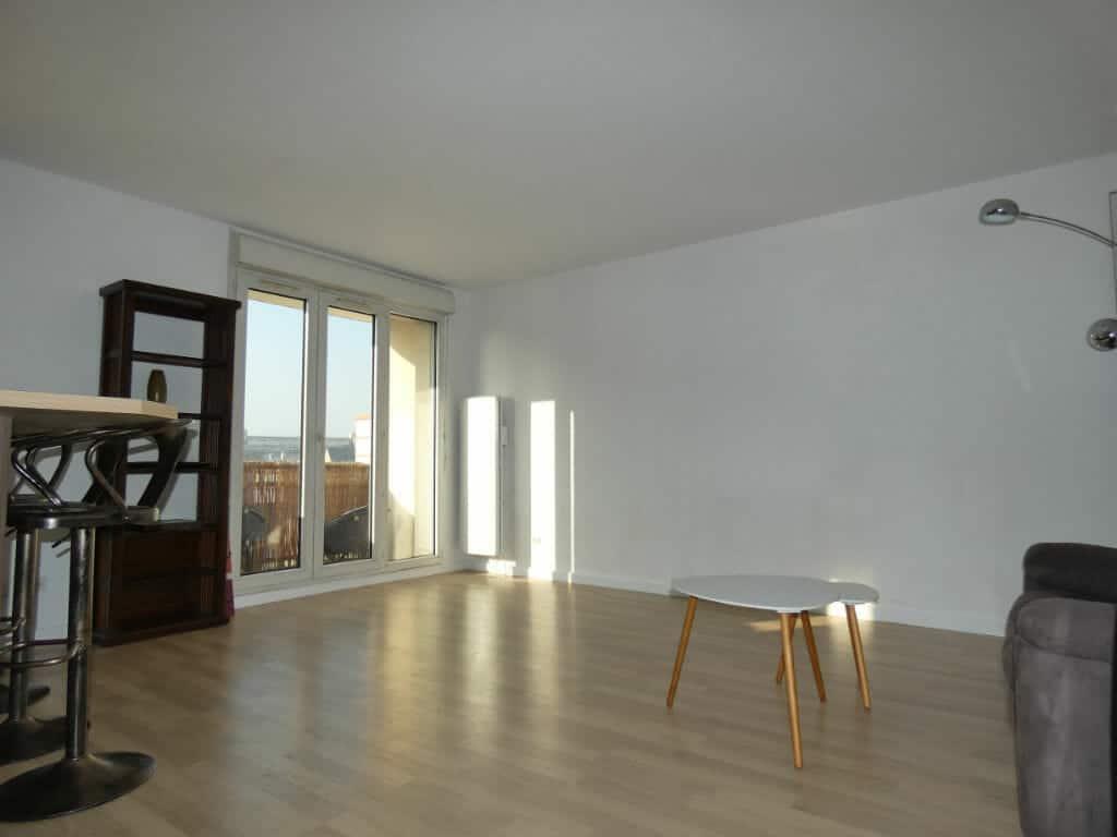 appartement alfortville location: 2 pièces, joli salon avec cuisine américaine et balcon