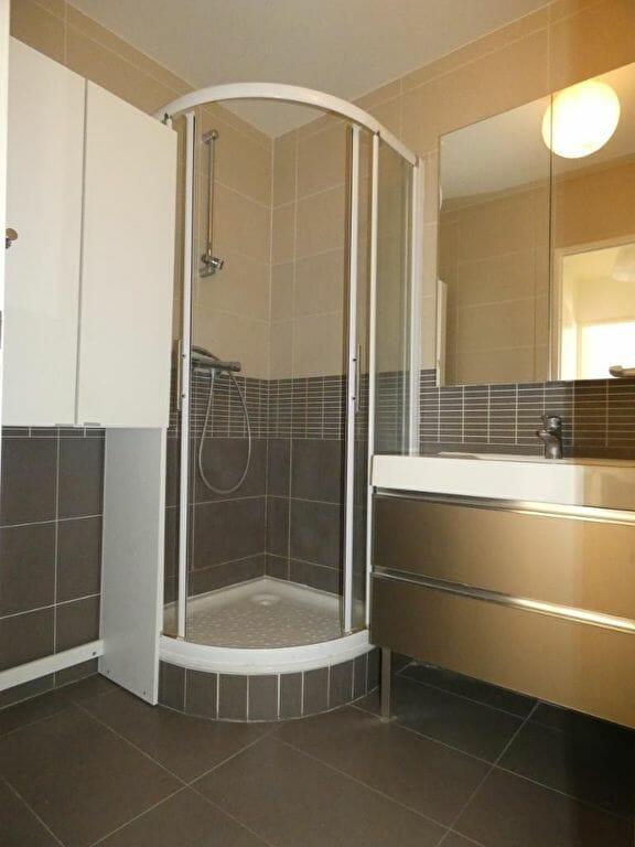 appartement a louer alfortville: 2 pièces, salle d'eau moderne avec douche, wc séparé