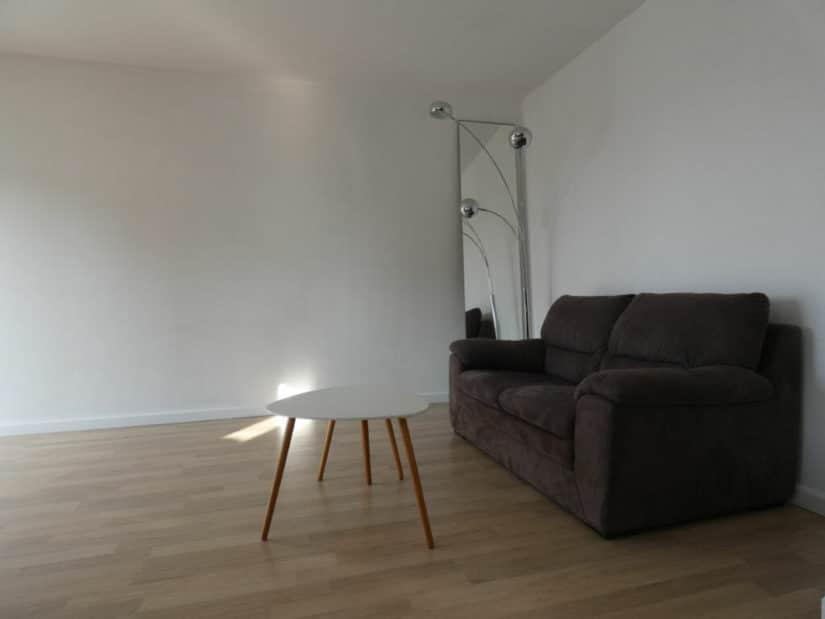 agence de location appartement: 2 pièces 43 m², beau salon lumineux avec balcon