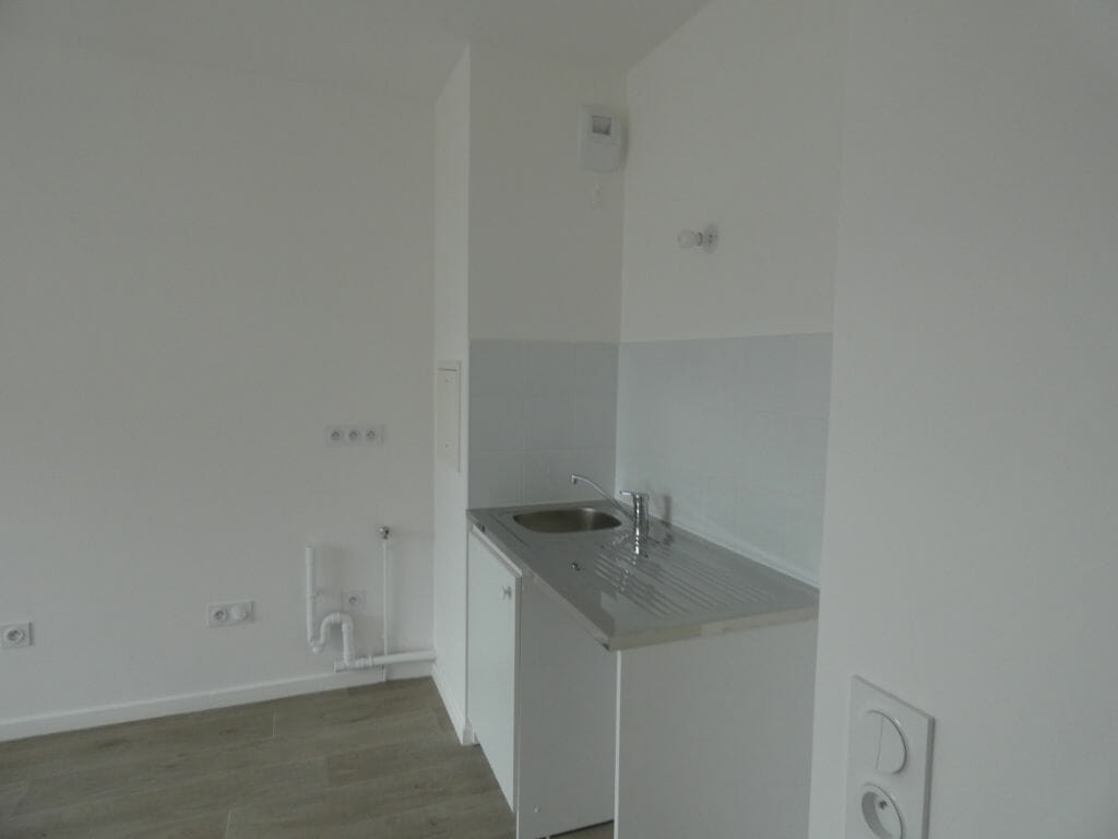 location appartement 94: 2 pièces 38 m², coin cuisine dans le séjour à aménager
