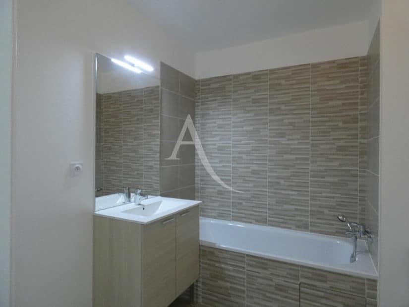 immobilier louer: 2 pièces 38 m², salle de bain avec  baignoire et wc