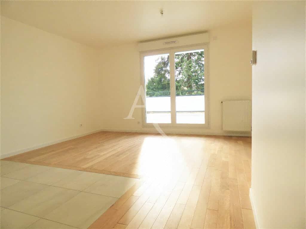 location appartement pas cher val de marne: 2 pièces 44 m², salon avec fenêtres pvc double-vitrages