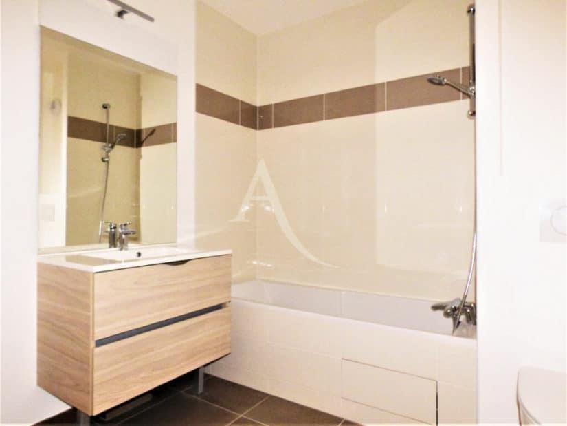estimation appartement prix: 2 pièces 44 m², salle de bains avec baignoire et meuble vasque