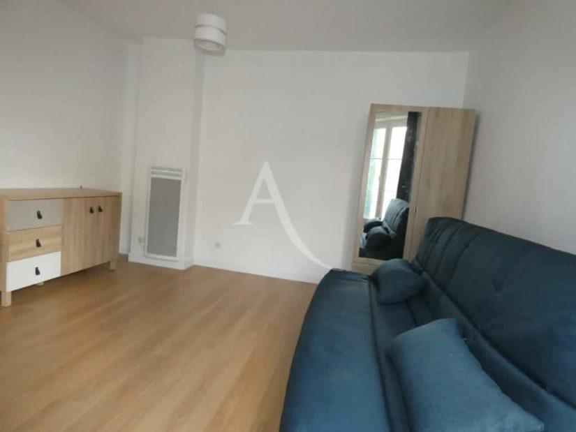 alfortville appartement location: 2 pièces 31 m² rénové et meublé, chambre avec canapé lit et quelques rangements