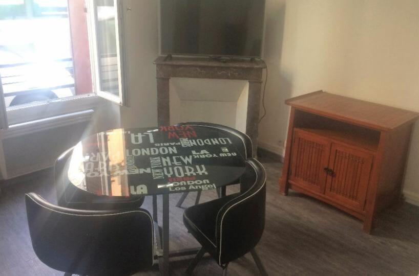 studio a louer alfortville: 26 m² rénové et meublé, pièce à vivre avec cheminée, 5 minutes de la gare rer d