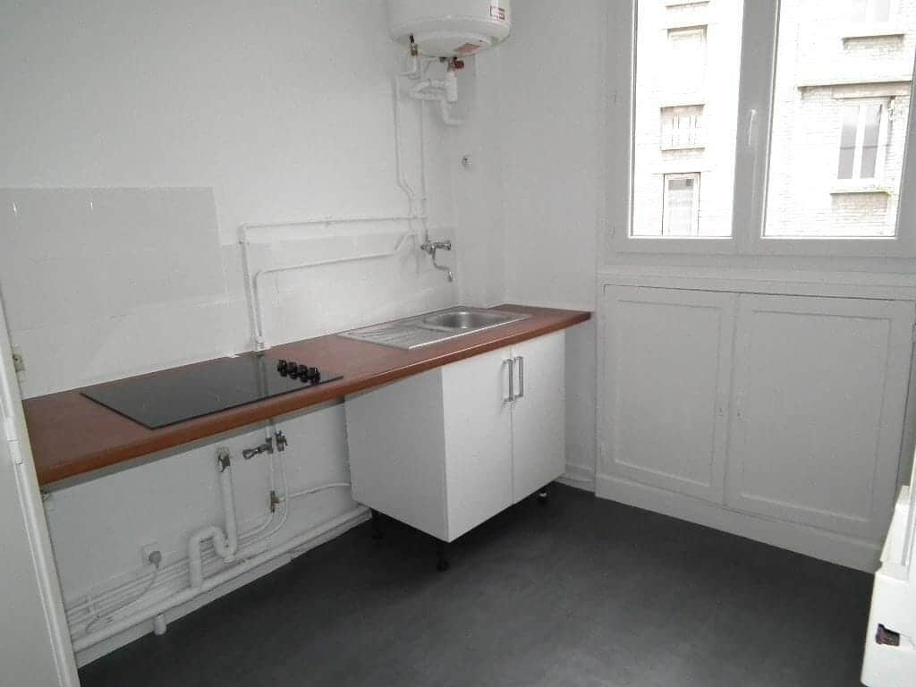 immobilier a louer: studio 24 m², cuisine avec plan de travail et plaques de cuisson