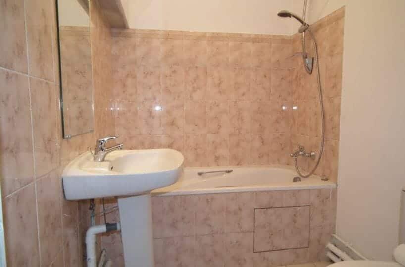 94 immobilier: studio 35 m² meublé à cherenton, la salle de bains avec baignoire et wc