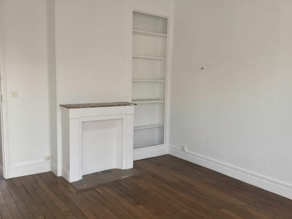 location appartement 94: 2 pièces 50 m², chambre avec étagères encastrées
