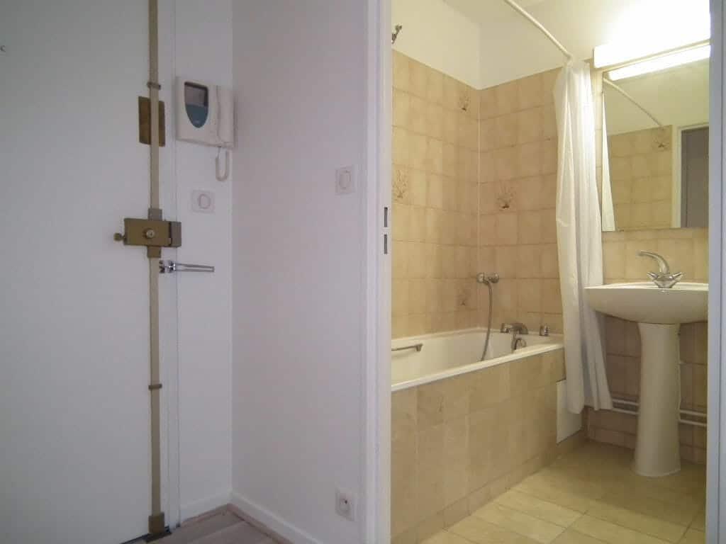 location appartement 94: studio 27 m², salle de bain avec baignoire, wc