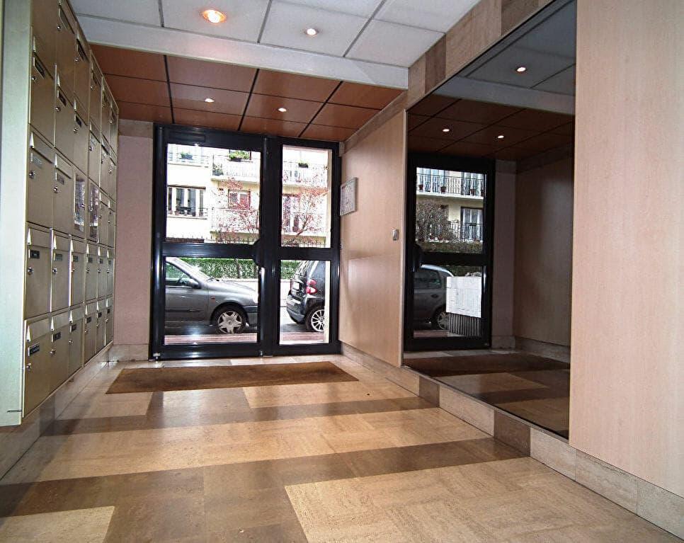 immobilier 94: studio 27 m², immeuble de standing avec interphone, 1° étage