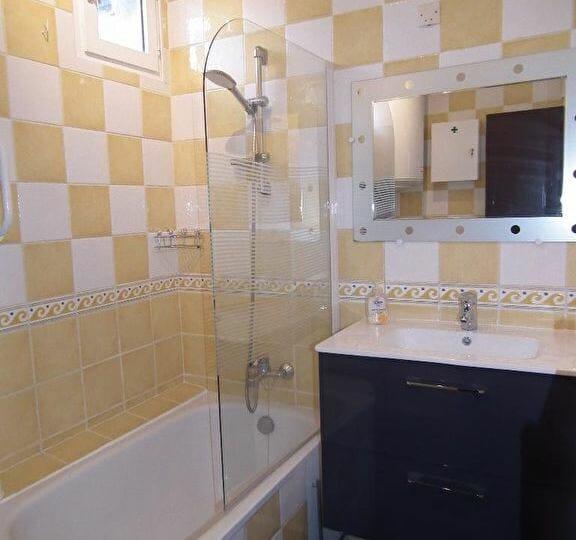 immo valerie: alfortville, 2 pièces, salle de bain carrelée avec baignoire et rangements
