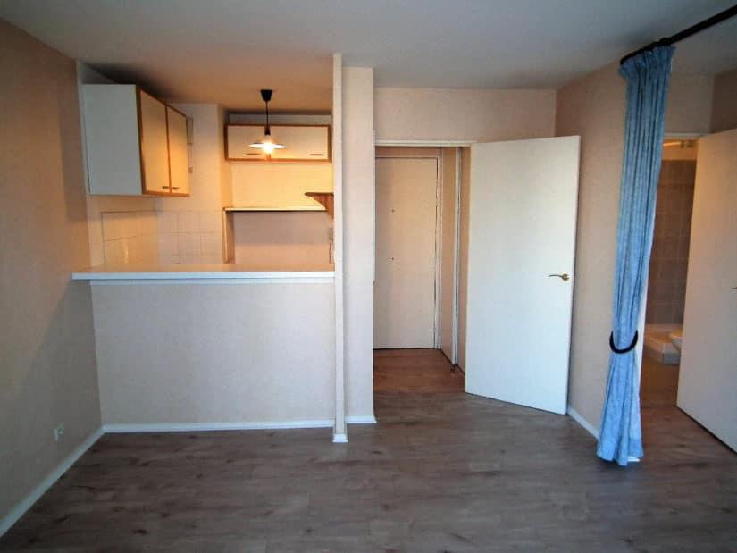 louer appartement à alfortville: studio, séjour, coin cuisine, imitation parquet au sol