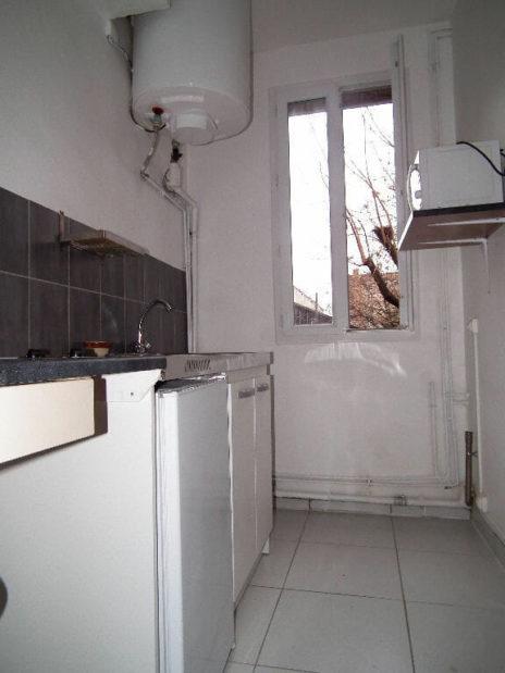 liste agence immobilière 94: location studio meublé refait à neuf à montreuil, cuisine séparée