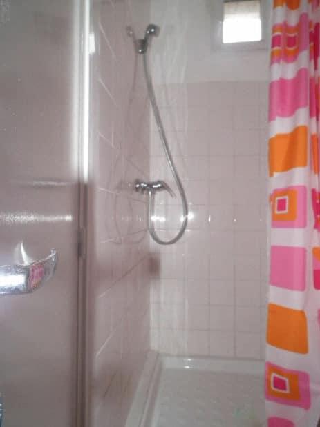 agence location immobilière loue studio meublé refait à neuf à montreuil - salle d'eau avec cabine douche