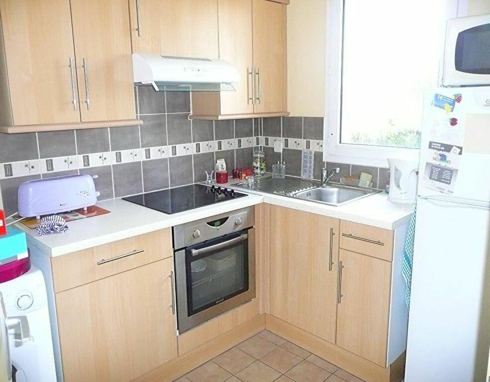 immo valerie: studio 37 m², cuisine aménagée et équipée de plaques de cuisson et four