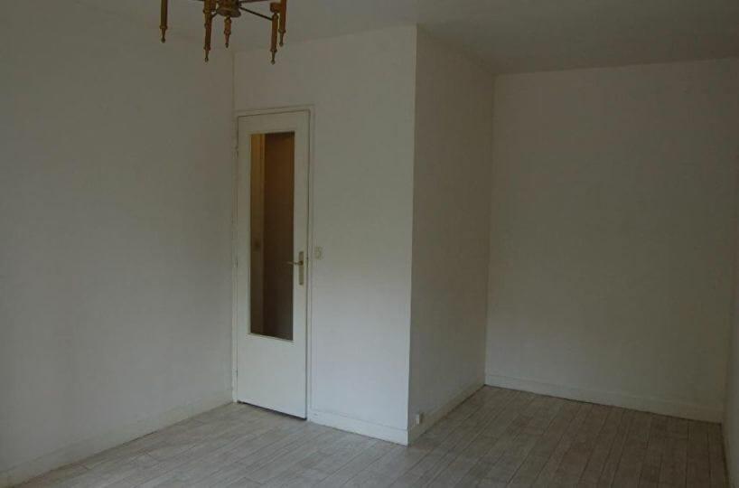 agence immobilière 94: studio 28 m², pièce à vivre lumineuse, lustre au plafond