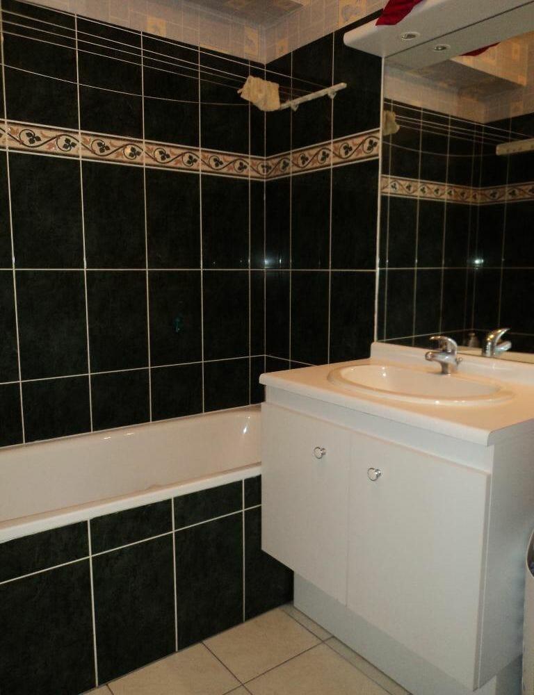location studio dans le 94: meublé, aperçu salle de bain avec baignoir, rangements, wc séparé