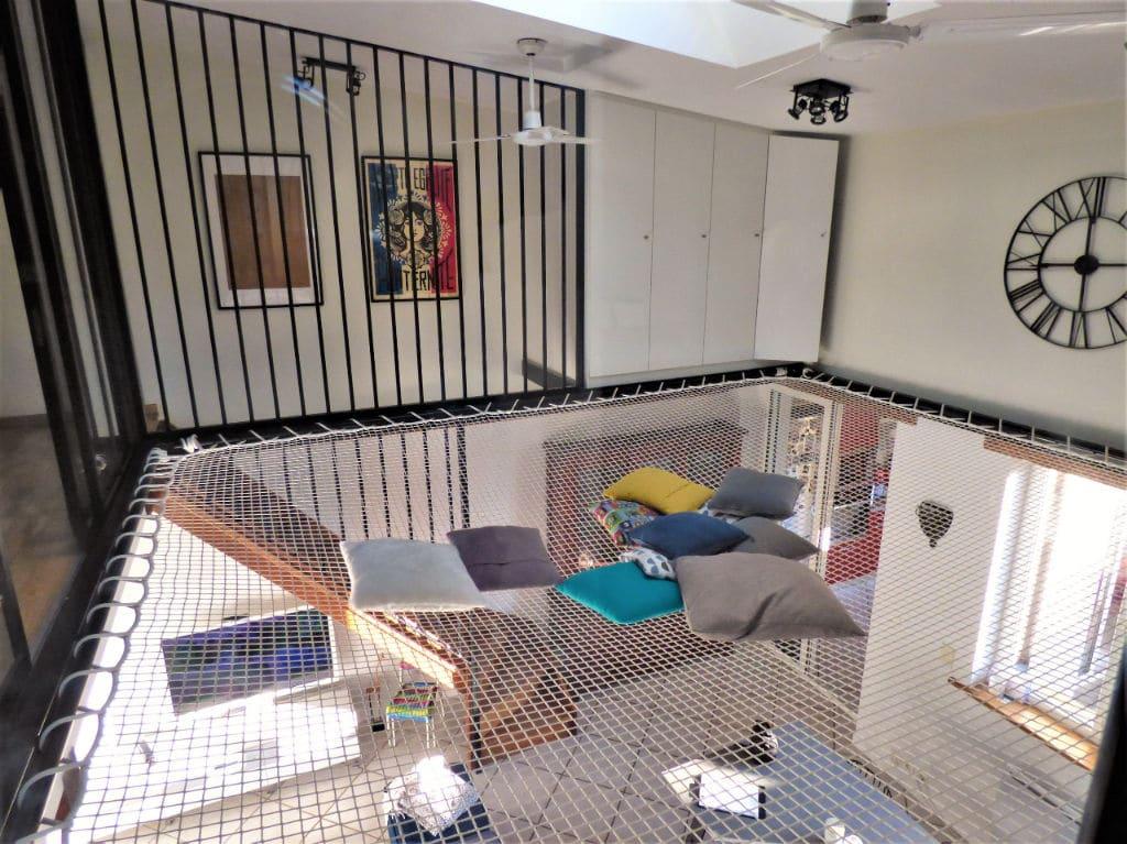 agence immobiliere 94: vente maison 5 pièces 102 m², séjour aménagé avec filet d'intérieur suspendu