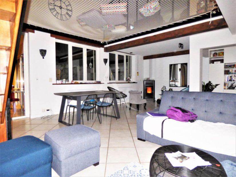 vente de pavillon dans le 94: maison 5 pièces 102 m², coin salle à manger avec poêle moderne