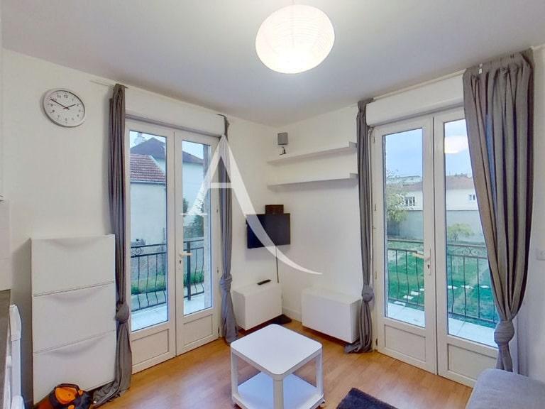 location appartement val de marne: studio 13 m², pièce à vivre avec fenêtre sur le jardin en commun