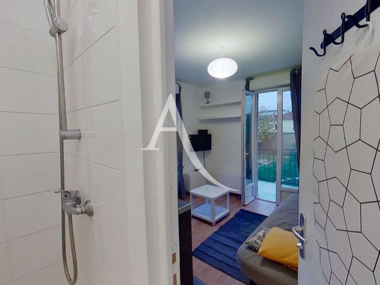 immobilier 94: studio 13 m² meublé, la salle d'eau avec sa vasque et sa douche