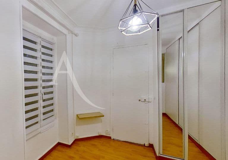 agence de location appartement: studio 28 m², entrée avec penderie, suspension et lustre
